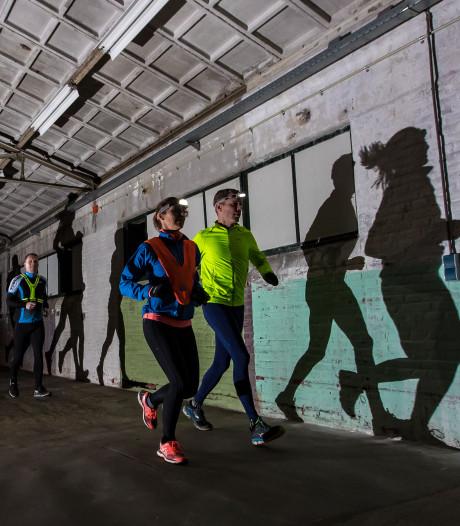 Hardlopend door bekende panden in Hengelo tijdens Urban Nightrun