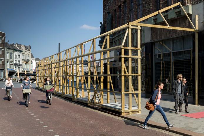 De houten beschuttingen en stutting voor de verbouw van de voormalige V&D tot een Hudsons Bay winkelop de Pensmarkt in Den Bosch.