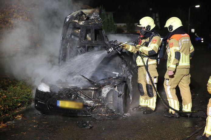 De brandweer blust de auto in Roosendaal.