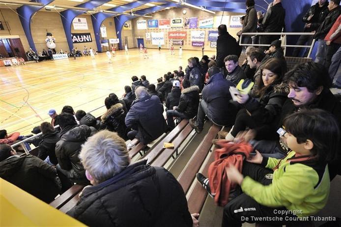 Volle tribunes tijdens de finale rondes van het AUNI zaalvoetbaltoernooi in sporthal Veldwijk aan de Kuipersdijk.