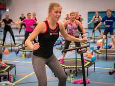 Vijftig trampolinespringers springen drie uur lang voor goede doel