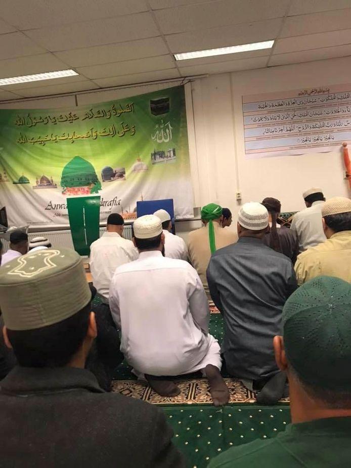 De gebedsruimte in de Anwar-E-Ashrafia moskee in Zoetermeer.