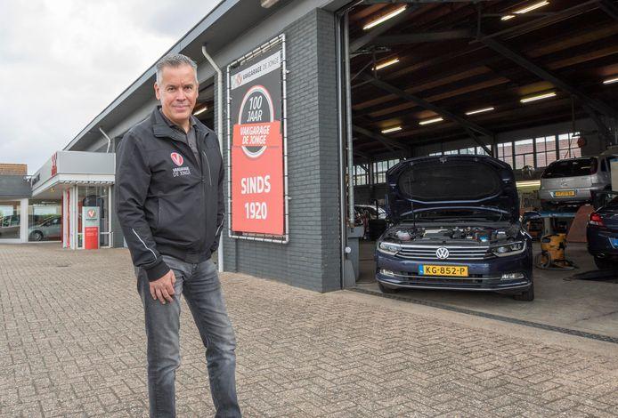 Niels de Jonge bij zijn autogarage in Poortvliet.
