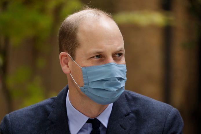 Prins William met een mondkapje op tijdens een werkbezoek.