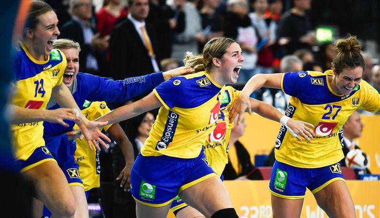 De Zweedse vrouwen door het dolle heen na de kraker tegen Denemarken.