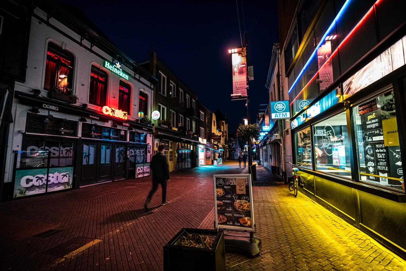 Lege café's aan het Stratumseind in Eindhoven, de langste kroegstraat van Nederland. De horeca is al enkele weken gesloten bij onze Noorderburen.