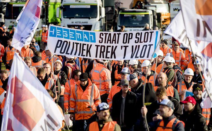 Het bouwprotest Grond in Verzet op het Malieveld. Bouwers en baggeraars demonstreren met shovels en hijskranen tegen de strenge PFAS-norm.