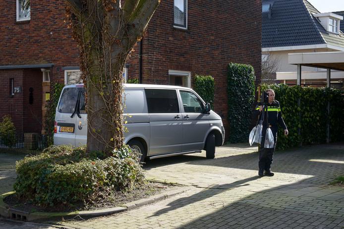 De politie deed in februari 2016 sporenonderzoek in de woning waar de 9 maanden oude baby Aniek om het leven kwam.