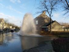Tijdelijke 'fontein' in Bergse buurt door gebroken waterleiding, straat staat blank