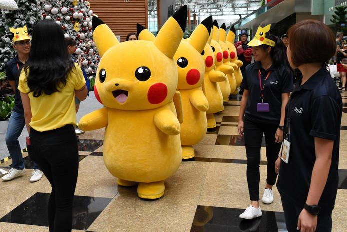 Een rij Pokémon tijdens een optocht door een vliegveld in Singapore.