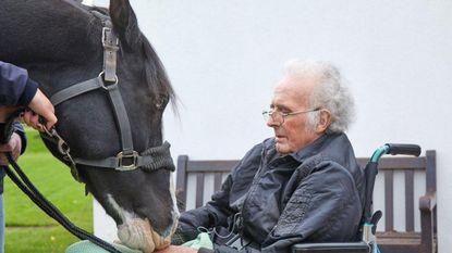 Ontroerend: terminaal zieke man (66) neemt afscheid van zijn geliefde paard
