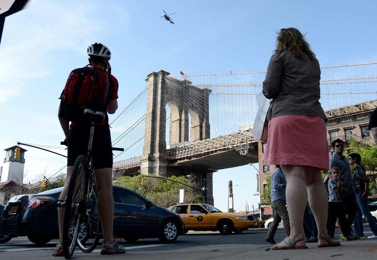 Een helikopter maandagmiddag boven de afgesloten Brooklyn Bridge in New York. Beeld epa