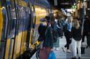 Reizigers met mondkapjes op het perron van Utrecht Centraal.