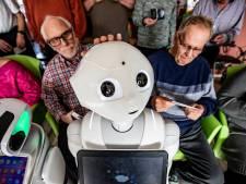 Zorgrobot Phi tapt moppen bij Villa Anders