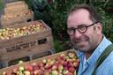 Teunis Timmerman showt de geplukte appels, het is een goed jaar