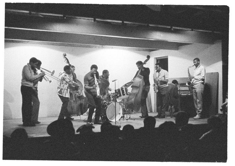 Moholo met andere muzikanten tijdens een jamsessie in Kaapstad. Beeld Ian Bruce Huntley