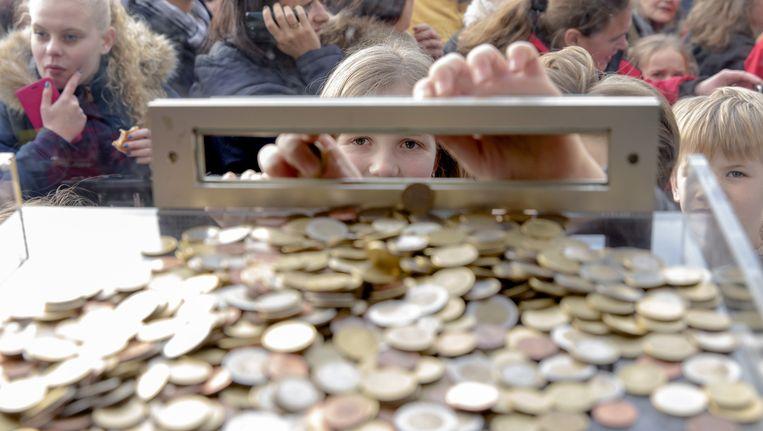 Een meisje doet geld in de brievenbus voor Serious Request Beeld anp