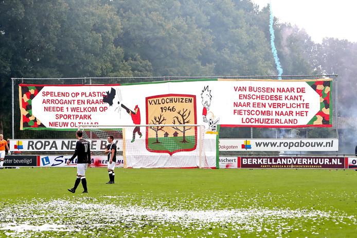 Supporters zijn creatief bezig geweest in de aanloop naar de derby Lochuizen - Sp. Neede. Foto: Jan Houwers