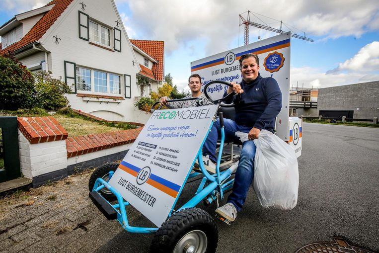 Frédéric Devos en Anthony Vermeulen voeren campagne en ruimen ondertussen vuil op met hun gocart.