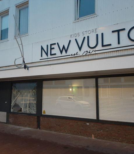 Winkelier kijkt naar livestream als relschoppers winkel Tilburg vernielen: 'Ze willen de zaak plunderen'