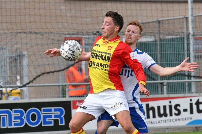 CSV Apeldoorn-speler Fedde Timmer duelleert met Renzo van Duren van De Bataven.
