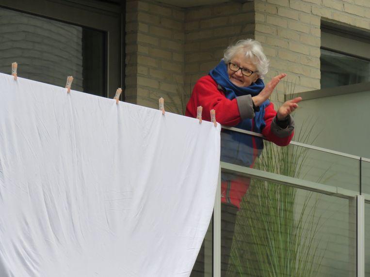Applaus en witte lakens voor de zorgverleners in Roeselare.