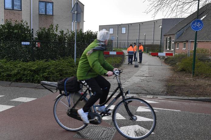 Maart dit jaar: het fietspad in de Heeswijksestraat, dat uitkomt op de Gildekamp (voorgrond), wordt afgesloten.