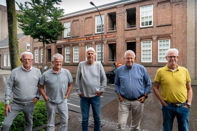 Vijf zoons van Anton Duqeusnoy: Ton, Hans, René en Marcel (v.l.n.r.) voor de leerfabriek waar zij tegenover opgroeiden.