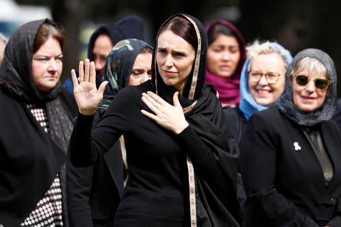 De Nieuw-Zeelandse premier Jacinda Ardern en andere vrouwen in Nieuw-Zeeland dragen vrijdag een hoofddoek als teken van respect voor de slachtoffers en de moslimgemeenschap.