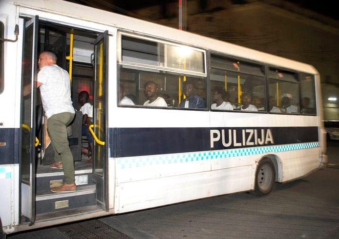 De migranten zullen in Malta blijven tot ze kunnen verhuizen naar Frankrijk, Duitsland, Ierland, Luxemburg, Portugal of Roemenië, zoals werd afgesproken in een deal die de Maltese premier Joseph Muscat aankondigde.