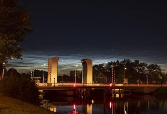 Lichtende wolken bij de Holtenbroekerbrug in Zwolle rond middernacht.