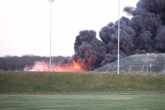 Bij de grote brand in Wijster komen dikke rookwolken vrij.
