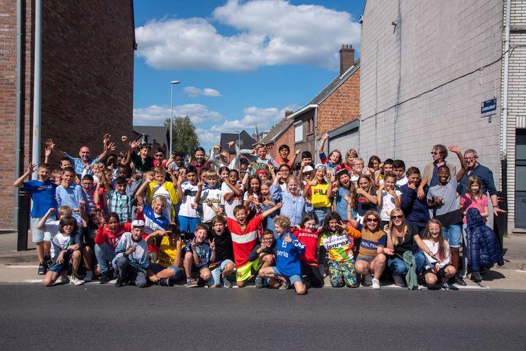 Het 5de en 6de leerjaar van de Gertrudis basisschool supportert voor de vrouwen op het Derny festival.