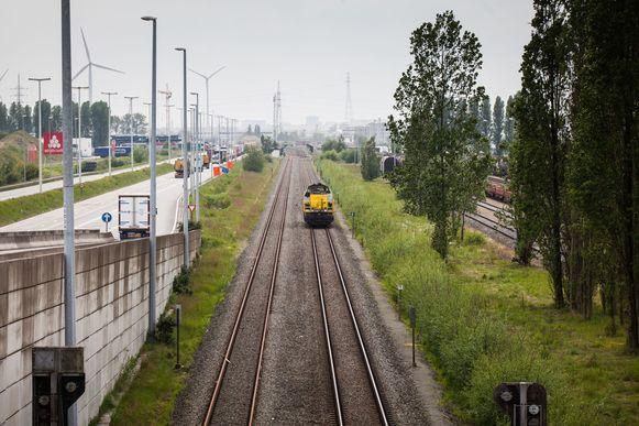 Spoorlijn 204 in het havengebied is voorlopig alleen beschikbaar voor goederenvervoer, maar dat moet in de toekomst veranderen