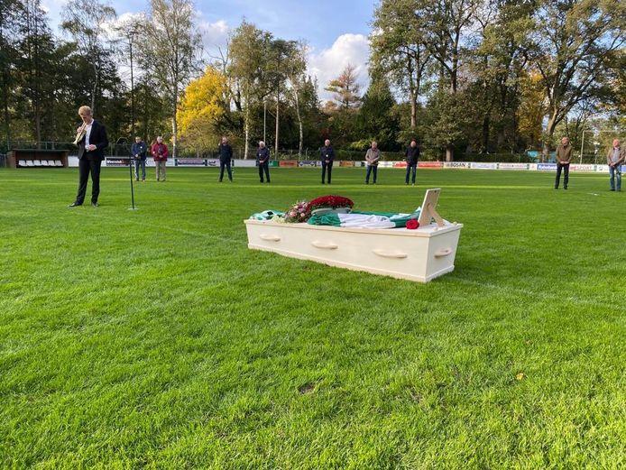 Met een indrukwekkende ceremonie op de middenstip van het hoofdveld is dinsdag bij VV Haaksbergen afscheid genomen van clubicoon Henny Vreeling.