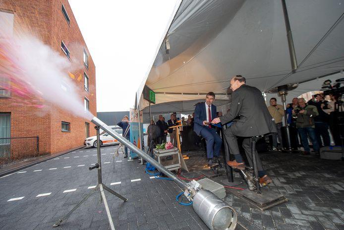 Het was er begin van deze maand nog wel zo feestelijk, toen staatssecretaris Paul Bokhuis het nieuwe zorgcomplex Veldhuis van de stichting KleinGeluk in Apeldoorn opende.  Samen met bestuurder Bert Blaauw verrichte hij de opening van het gloednieuwe complex.