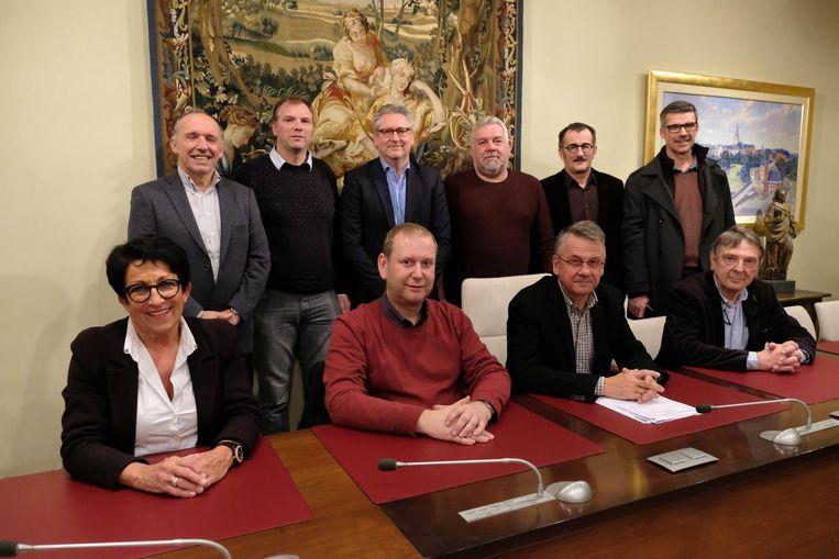 Het bestuur van de voetbalclub op bezoek bij het gemeentebestuur.