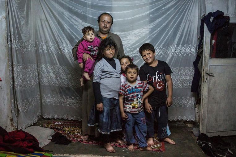 Husein Hamid thuis met zijn familie. Beeld Cigdem Yuksel
