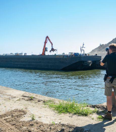 Schepen voeren puin van SAMGA-graansilo naar Nederland (en daar wordt het weer bouwmateriaal)