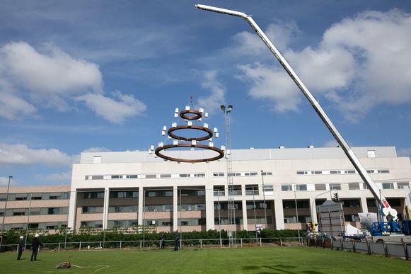 Er moest een hijskraan van 25 meter hoog worden ingezet om het werk te plaatsen.
