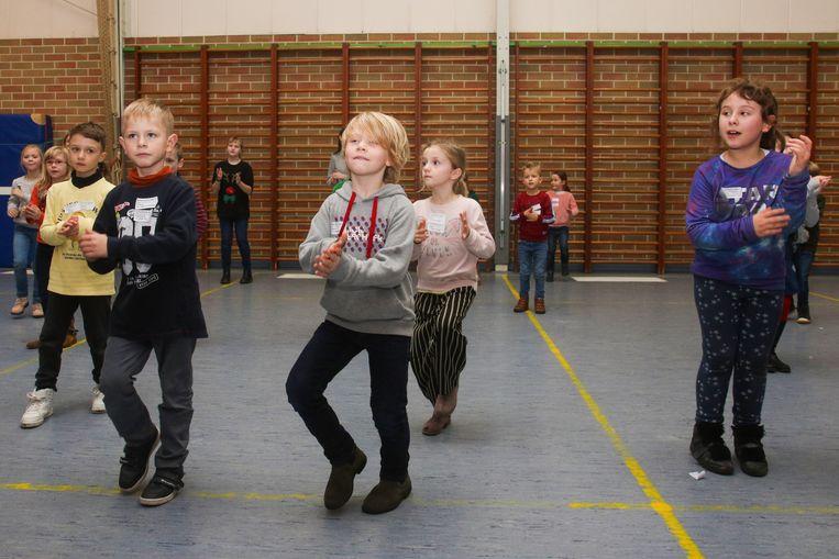 In de turnzaal van de school werd gedanst.