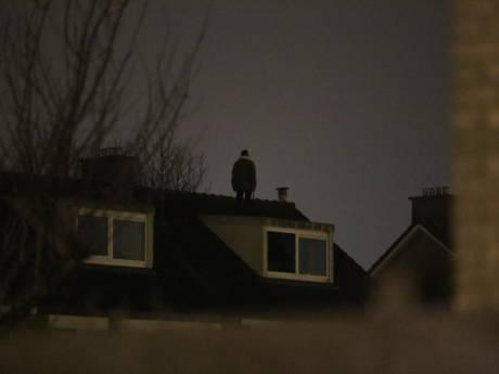 Man met bijl klimt na 2,5 uur van dak Arnhemse woning af