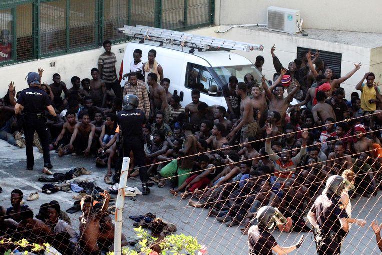 De migranten klommen over een hek van zes meter hoog om Ceuta, de Spaanse exclave in Noord-Afrika, te bereiken.