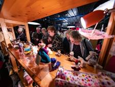 Shoppen voor miniatuurmeubels op poppenhuisbeurs Urk
