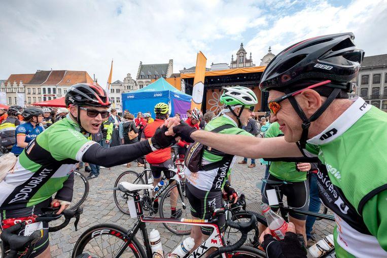 Deelnemers geven elkaar een high five nadat ze de eerste 250 km goed hebben doorstaan.