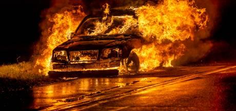 Rijdende Mercedes vliegt in brand in Oosteind