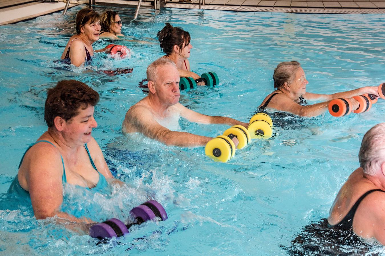 Oisterwijkse ouderen houden in het zwembad van De Leye hun conditie op peil en hun spieren in vorm.