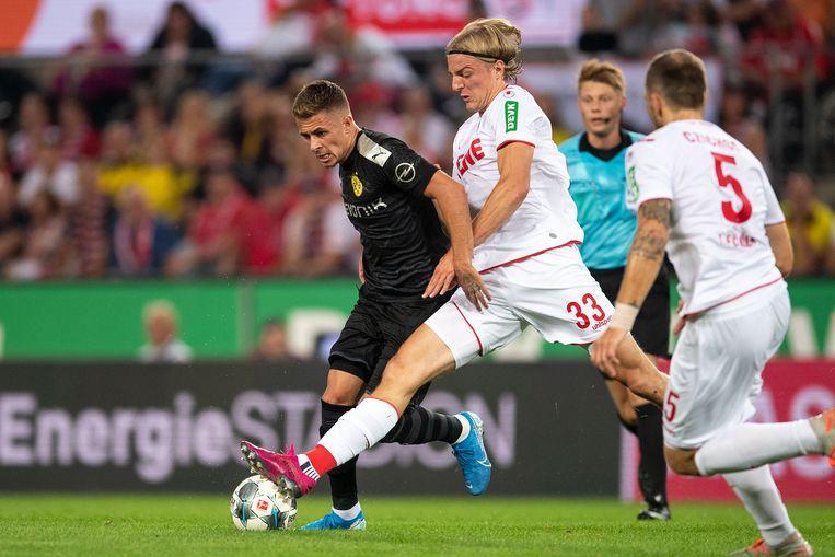 Thorgan Hazard afgelopen vrijdag in duel met Bornauw van FC Köln.