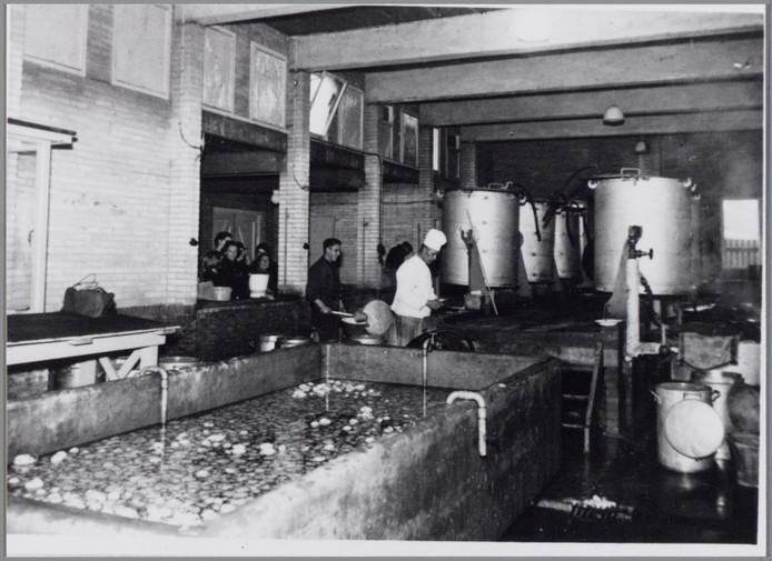 Interieur van de gaarkeuken aan de Gaslaan, die eind november '44 werd getroffen door een Engelse bom.