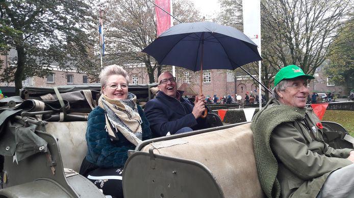 Burgemeester Jack Mikkers van Den Bosch en zijn vrouw in een historische jeep, één van de twee oude legervoertuigen tijdens de bevrijdingstocht van Vinkel naar Den Bosch.